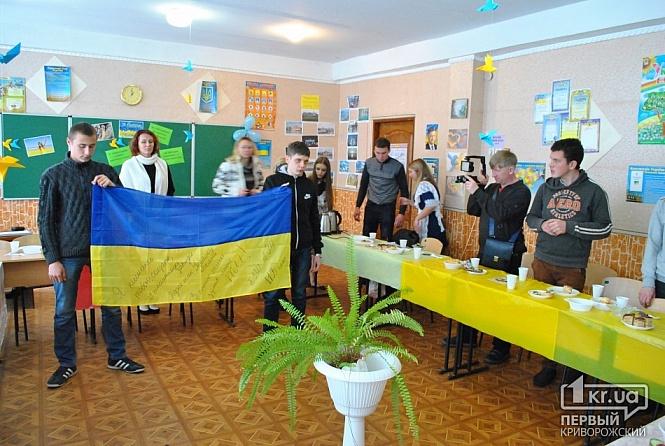 Закончился праздник песней о школе в исполнении ее педколлектива