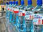Работа на фабрике по разливу воды в бутылки и упаковка. Польша
