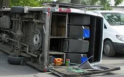 В Кривом Роге перевернулся микроавтобус, перевозивший бюллетени с выборов. Пострадали сопровождающие