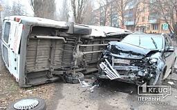 Крупное ДТП в Кривом Роге: Микроавтобус перевернулся и придавил «Volkswagen»