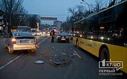 В Кривом Роге на проспекте Гагарина столкнулись две иномарки и троллейбус