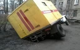 В Днепродзержинске грузовик «Горгаза» провалился под землю
