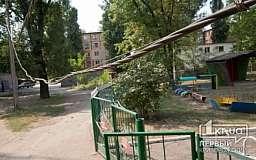 В Кривом Роге над входом в детский сад наклонен поврежденный столб и обвисли провода