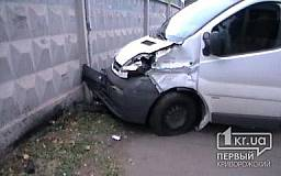 В Кривом Роге «Опель» столкнулся с «ВАЗом» и влетел в бетонный забор