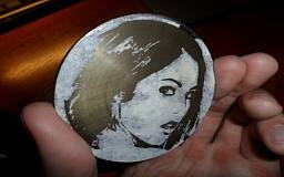 Криворожанин зарабатывает нанося портреты на монеты