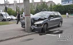 В Кривом Роге возле горисполкома водитель на «Peugeot» врезался в столб