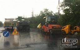 Криворожскую объездную ремонтируют в проливной дождь