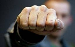 В Кривом Роге семеро неизвестных избили и ограбили мужчину