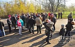 100 человек перекрыли трассу «Кривой Рог - Днепропетровск» с требованием прекратить рейдерский захват полей
