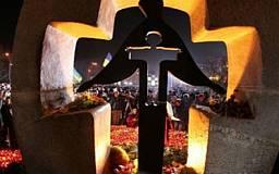 Сотни криворожан проводят шествие-молебен в память жертв голодоморов