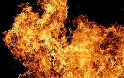 У Кривому Розі пожежники загасили палаючу будівлю