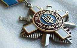 Хочу повернути Вам Орден «За мужність», - сестра загиблого криворіжця Порошенку