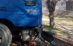 В Кривом Роге грузовой автомобиль врезался в отбойник (обновлено)