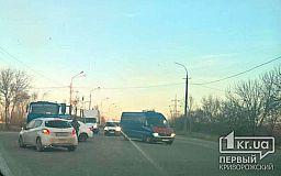 В Кривом Роге столкнулись грузовик и Renault