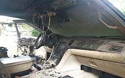 Кадиллак в огне: в Кривом Роге сгорел автомобиль
