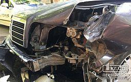 ДТП в Кривом Роге: Mercedes «объявил охоту на столб»