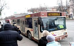 В Кривом Роге троллейбусы, нарушая график, дарят пассажиров частным перевозчикам