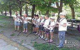 В Кривом Роге юные кларнетисты не по-детски сыграли во дворе