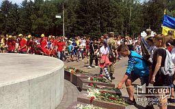 Криворожане помолились за погибших героев возле первого в Украине памятника воину АТО