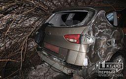 В Кривом Роге Subaru врезался в электроопору. Водителя госпитализировали