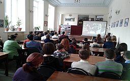 Криворізька поетеса подарувала бібліотеці збірку віршів про Героїв Майдану