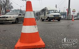 В Кривом Роге на кольце 95 квартала маршрутка столкнулась с легковушкой (ОБНОВЛЕНО)