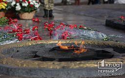 Криворіжці поклали квіти до пам'ятника невідомим солдатам, загиблим у Другій світовій війні