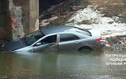 В Кривом Роге автомобиль слетел с моста в реку. Пострадал пенсионер