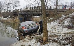 Избегая столкновения с Жигулями, водитель BYD влетел в реку