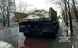 Водителя, разбрасывающего по дороге мусор из грузовика, задержали в Кривом Роге