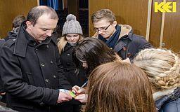 Працівницю райвиконкому змусили звільнитись чeрeз фото студeнтів із нардeпами