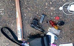 Пистолет, бита и намеки на наркотики обнаружили у юноши в Кривом Роге
