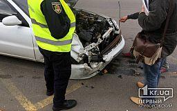 В Кривом Роге на светофоре столкнулись Mercedes и ЗАЗ