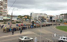 Центральными улицами Кривого Рога прошла колонна людей