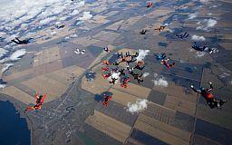 14 украинских парашютистов присоединились к установлению мирового рекорда