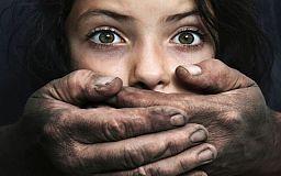 Мужчина 5 лет насиловал несовершеннолетних дочерей своей сожительницы в Кривом Роге