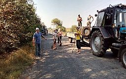 Не дождались Укравтодора. Криворожане начали самостоятельно ремонтировать дорогу