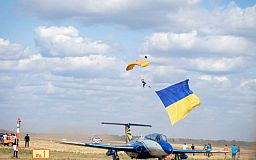 Флаг-рекордсмен подняли в небе под Кривым Рогом