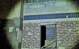 Ночью криворожанин унес входную дверь многоэтажки на Заречном