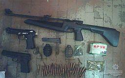 Стрелок напросился на обыск. У криворожанина изъяли пистолеты, гранаты и патроны