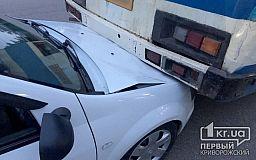 ДТП в Кривом Роге: иномарка оказалась под автобусом