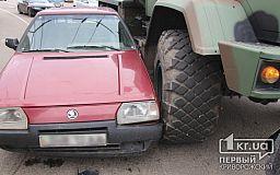 В Кривом Роге на кольце 95 квартала военный грузовик «протаранил» легковушку