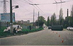 ДТП в Кривом Роге: Hyundai столкнулся с УАЗ и врезался в столб