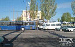ДТП в Кривом Роге. Маршрутка, автобус и полицейские приусы
