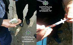 Двое криворожан разгуливают по городу с запрещенными «покупками»