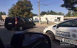 В Кривом Роге возле автомобильного центра столкнулись две иномарки