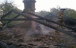 В Кривом Роге пожарные час боролись с горящей крышей