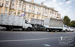 Квадтра-ДТП. В Кривом Роге две ГАЗели зажали иномарку