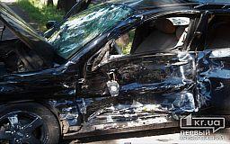Грузовик на скорости снес иномарку в Кривом Роге. Есть пострадавший