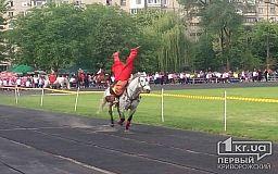 На стадионе «Спартак» смешались кони и люди. Выступают казаки
